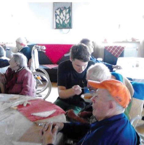 Bătrânii de la azil împreună cu voluntarul Alex